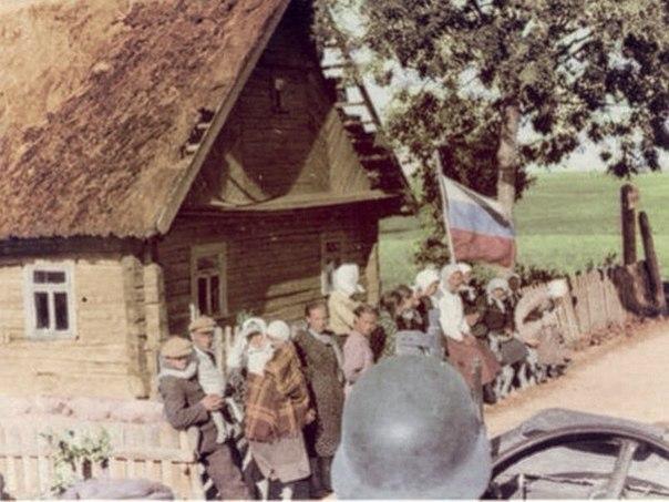 Жители советской деревни встречают немецких солдат 1941 год.